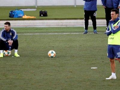 Scaloni quiere implantar un juego asociado a Messi, aseguran