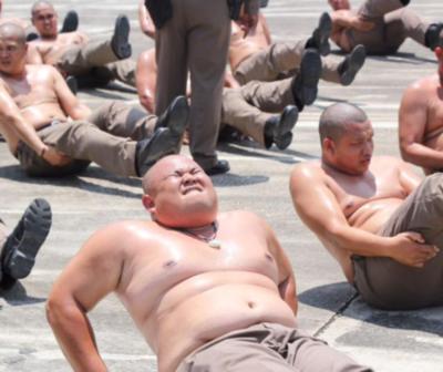"""En Tailandia envían a sus policías con sobrepeso a un campamento para """"destruir barrigas"""""""