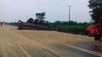 Camión sojero volcó en San Pedro