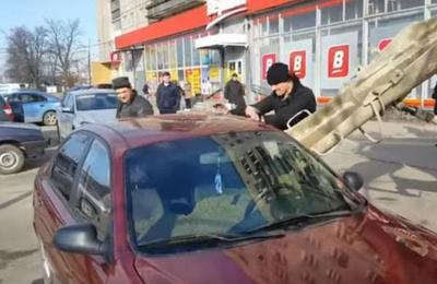 Marido despechado llenó de concreto el automóvil de su esposa infiel para vengarse