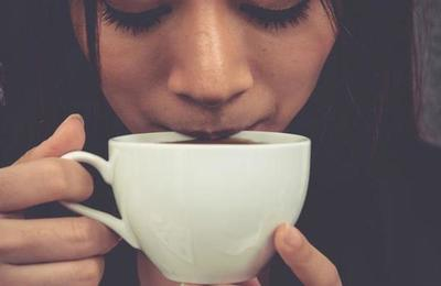 Advierten que tomar té o café muy caliente aumenta el riesgo de cáncer