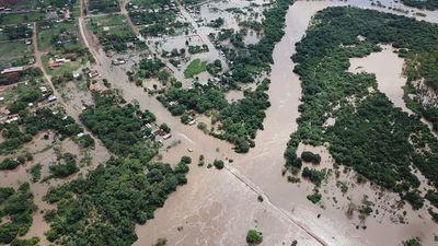 Evacuan a familias indígenas por inundaciones en el Norte