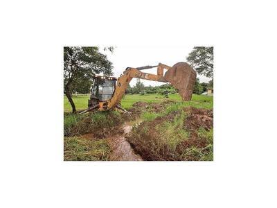 Retiran la basura de  desagües de zonas que se inundan
