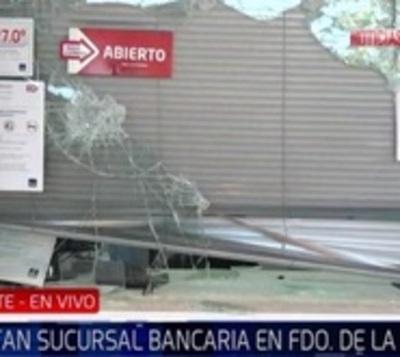 Roban sucursal de banco dentro de supermercado en Fernando de la Mora