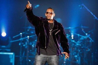 Cantante R. Kelly es acusado de 10 cargos de abuso sexual