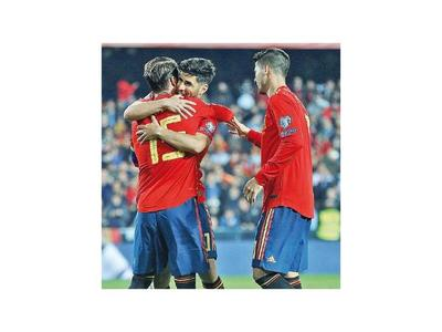 España e Italia se  imponen en el debut