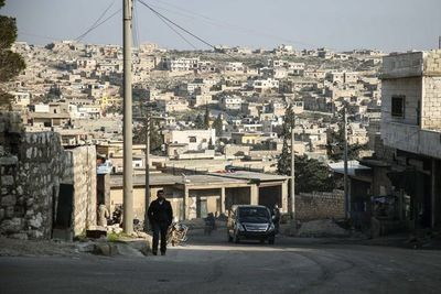 """Yihadistas escondidos en túneles se rinden tras fin del """"califato"""" en Siria"""