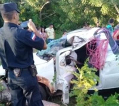 Camioneta vuelca dejando una fallecida y seis heridos