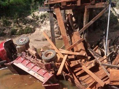 Cae camión tras desmoronarse un puente de madera