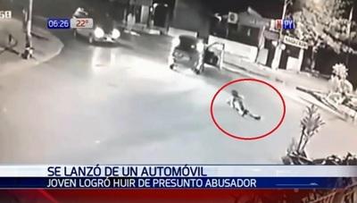 Mujer se lanza de auto en movimiento para evitar abuso