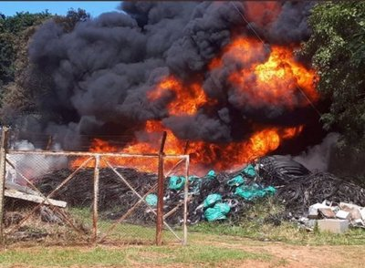 Luque: Incendio de gran magnitud en depósito – Prensa 5