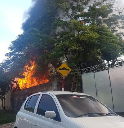 Incendio de gran magnitud en Villa Morra
