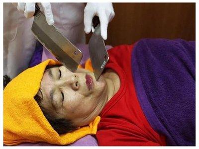 Los chinos quitan el estrés masajeando con cuchillos