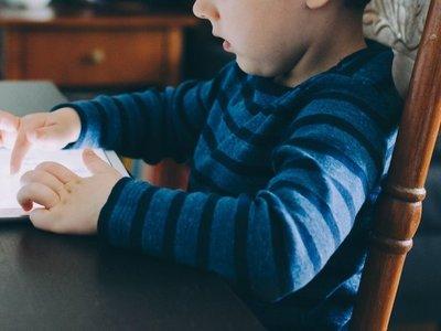 ¿Cuánto tiempo debe un niño usar el celular o televisor?