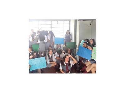 Jóvenes tomaron colegio en protesta por falta de rubros