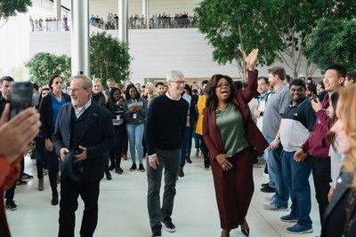 Apple presenta su ofensiva en televisión, noticias y videojuegos, y lanza una tarjeta de crédito