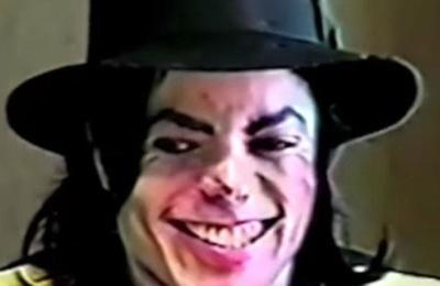 Video muestra a Michael Jackson riéndose mientras lo interrogan por acusaciones de abuso sexual
