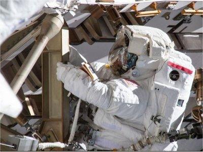 NASA sale al paso de críticas tras cancelar el primer paseo espacial femenino