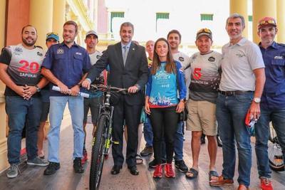 Organizadores y atletas de Expedición Guaraní visitaron al mandatario