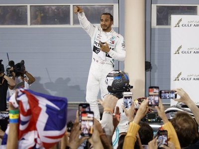 Hamilton lidera otro doblete de Mercedes