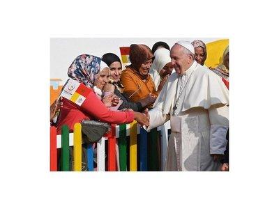 Papa admite error al decir que feminismo es machismo con faldas