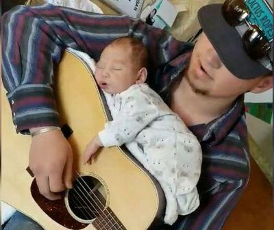 Viral. Hizo dormir a su hija encima de una guitarra