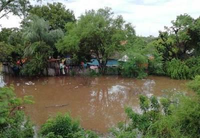 Copiosas lluvias y problemas eléctricos en estación de bombeo causan inundación repentina de muchas casas