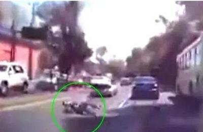 Captan el momento en el que un hombre se lanza de la cajuela de un automóvil para evitar ser secuestrado