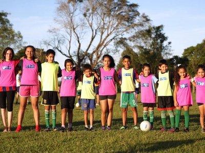 Fútbol mixto entre niños y niñas para eliminar los estereotipos