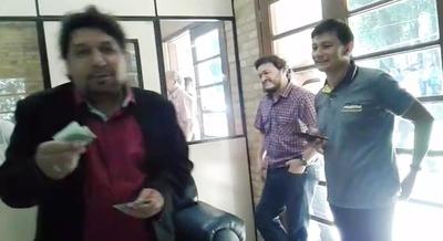 Kelembú hostiga a periodistas