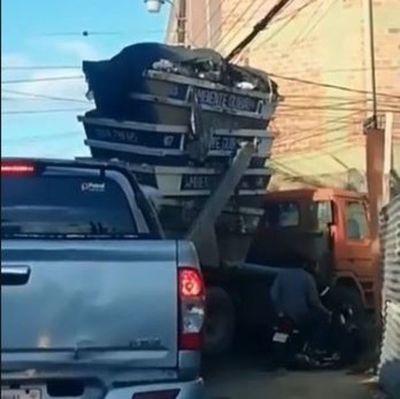 Peligrosa forma de transportar contenedores