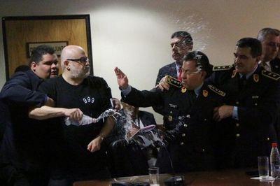 Circo en el Congreso: Payo Cubas reparte agua, golpes, botellas e insultos