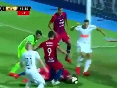 Tenía cuatro costillas rotas, igual intentó trabar con la cabeza para evitar un gol