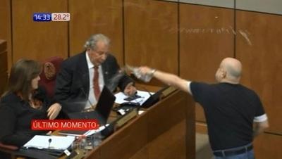 """Payo """"baña"""" a Kalé en plena sesión del Senado"""