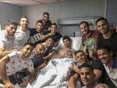 El plantel de Cerro fue a visitar a Fernando Amorebieta