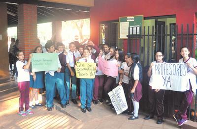 Manifestación en CRECE para exigir profesores