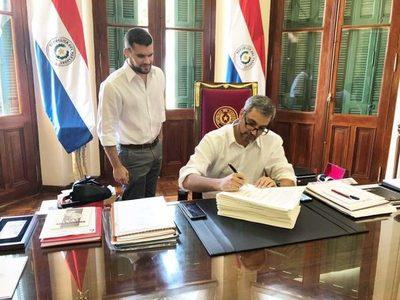 Mario Abdo firma acuerdo para nuevo ministro de la Corte
