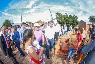 Mandatario verifica construcción de viviendas e inaugura obras en Canindeyú