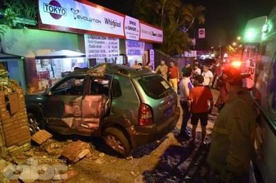 Joven pierde el control de su vehículo y choca contra una farmacia