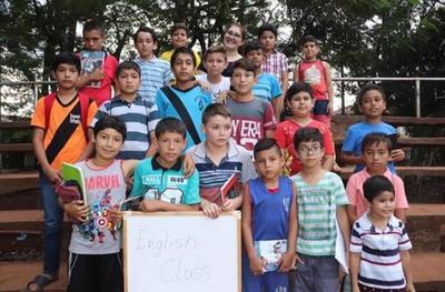 Club imparte clases gratuitas de inglés