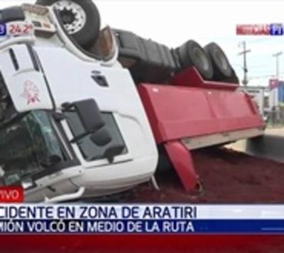 Camión tumbó sobre ruta 2 a causa de maniobra brusca de un bus