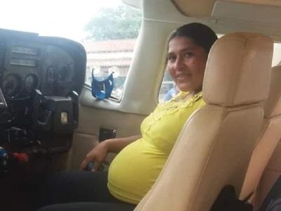 Trasladan por avión a mujer chaqueña en última etapa de embarazo de riesgo