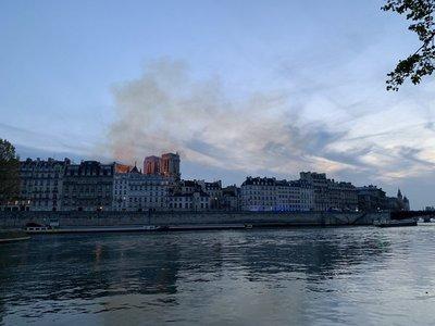 Siguen las llamas en el Notre Dame
