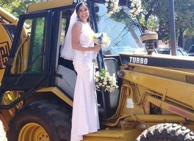 Llegó a su boda en un tractor amarillo