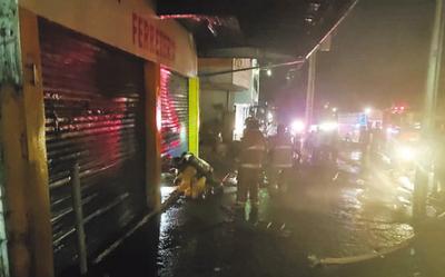 Voraz incendio consumió una ferretería en CDE