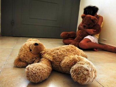 Abusó de una niña de 11 años mientras obligó a la hermanita de 8 a que mire
