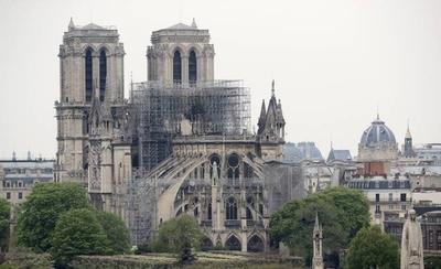 """HOY / Macron fija en cinco años plazo para reconstruir Notre Dame """"aún más bella"""""""
