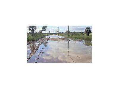 Suman familias rodeadas  de agua en la compañía Lomas