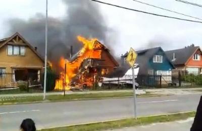 Impresionante: momento exacto en que una avioneta se estrella contra una casa