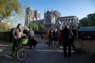 Bomberos temen por el frontón de las fachadas laterales de Notre Dame